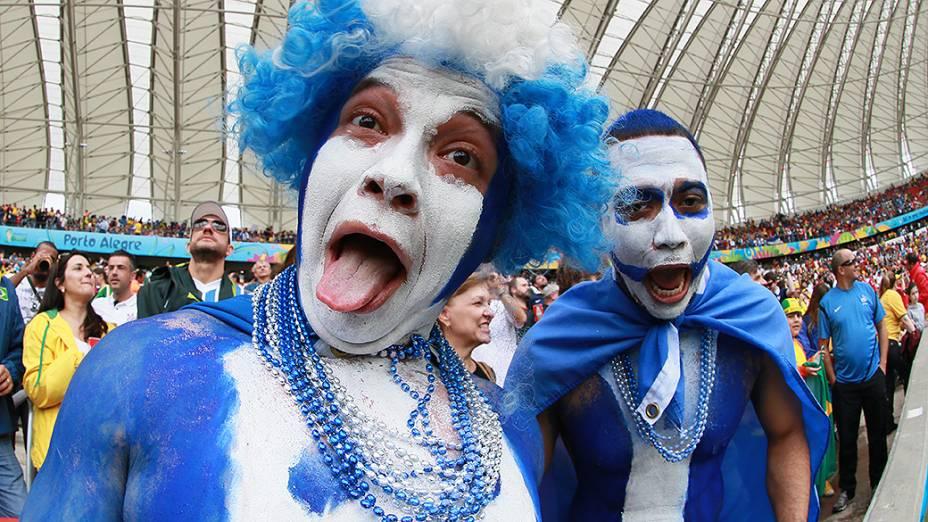 Torcedores de Hondura aguarda o início do jogo contra a França no Beira-Rio, em Porto Alegre