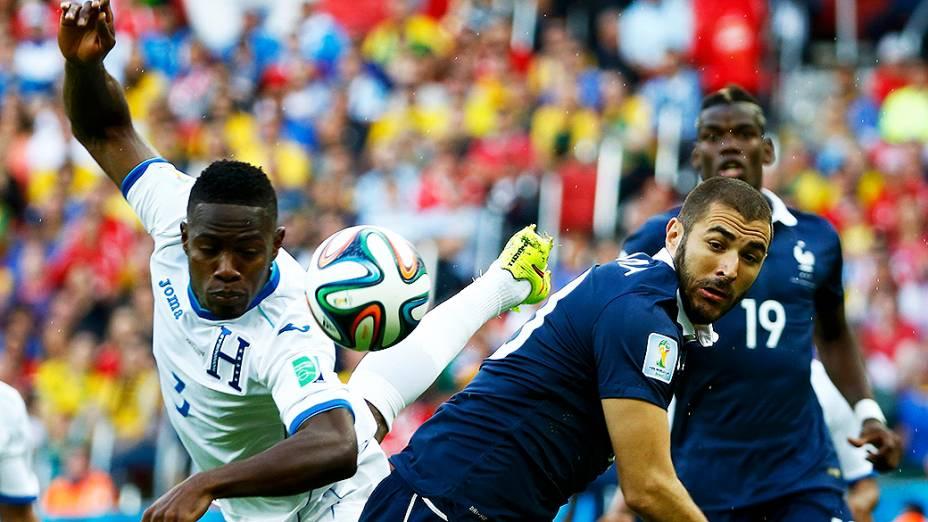 Maynor Figueroa, de Honduras, disputa a bola com o francês Benzema no Beira-Rio, em Porto Alegre