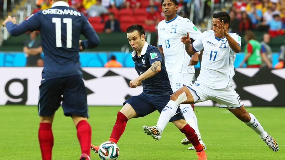 O francês Mathieu Valbuena é marcado pelo jogador de Honduras no Beira-Rio, em Porto Alegre