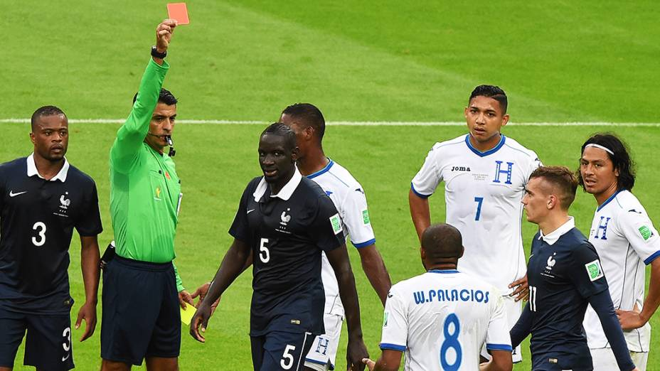 O árbitro brasileiro Sandro Meira Ricci expulsa Wilson Palacio, de Honduras, no Beira-Rio em Porto Alegre
