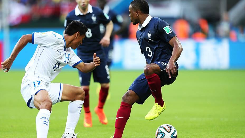 O francês Patrice Evra toca a bola de calcanhar durante o jogo contra Hondura no Beira-Rio, em Porto Alegre