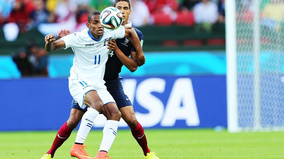 O francês Raphael Varane marca o jogador de Honduras no Beira-Rio, em Porto Alegre