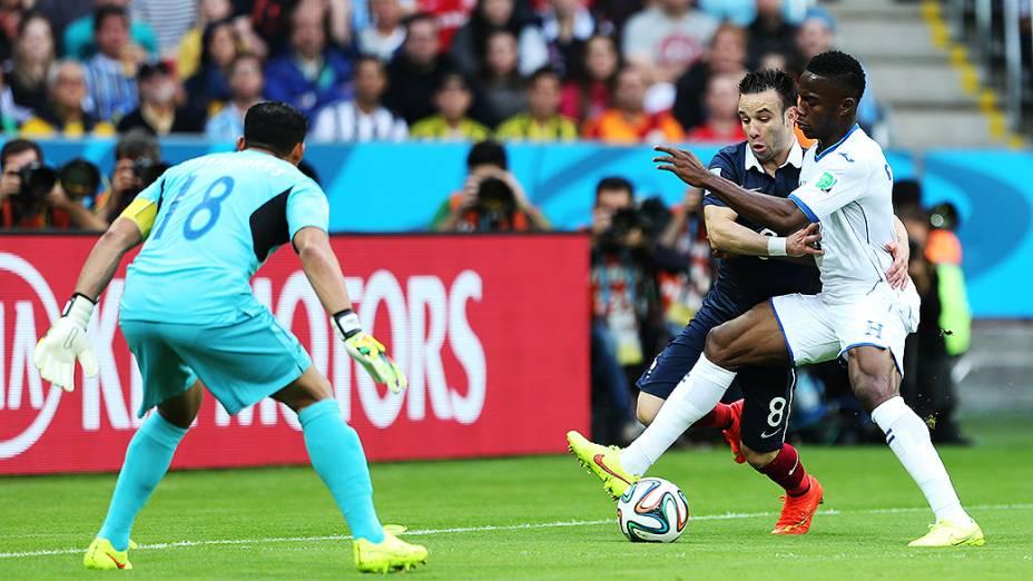 Mathieu Valbuena, da França, é marcado pelo jogador de Honduras no Beira-Rio, em Porto Alegre