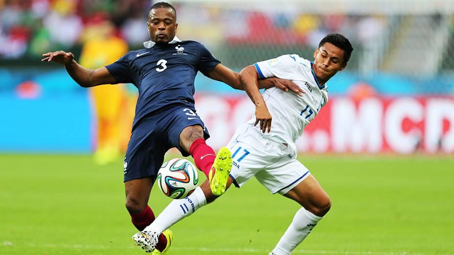O francês Patrice Evra disputa a bola com Andy Najar, de Hondura, no Beira-Rio em Porto Alegre