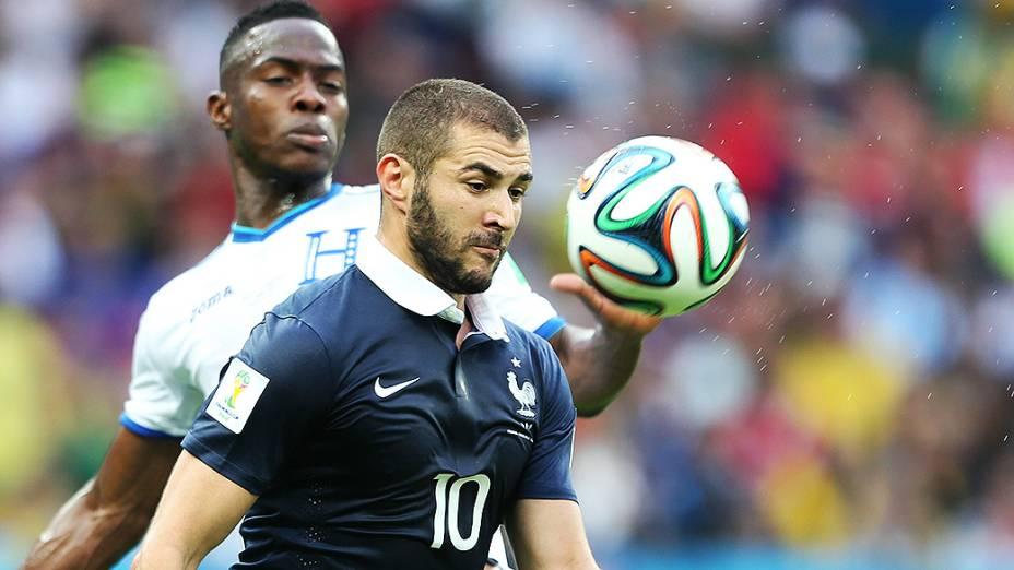 Benzema, da França, é marcado pelo jogador de Honduras no Beira-Rio, em Porto Alegre