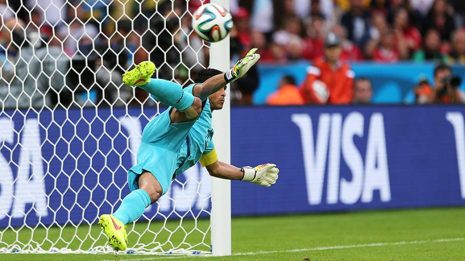 O goleiro Noel Valladares pula no pênalti cobrado por Benzema no Beira-Rio, em Porto Alegre