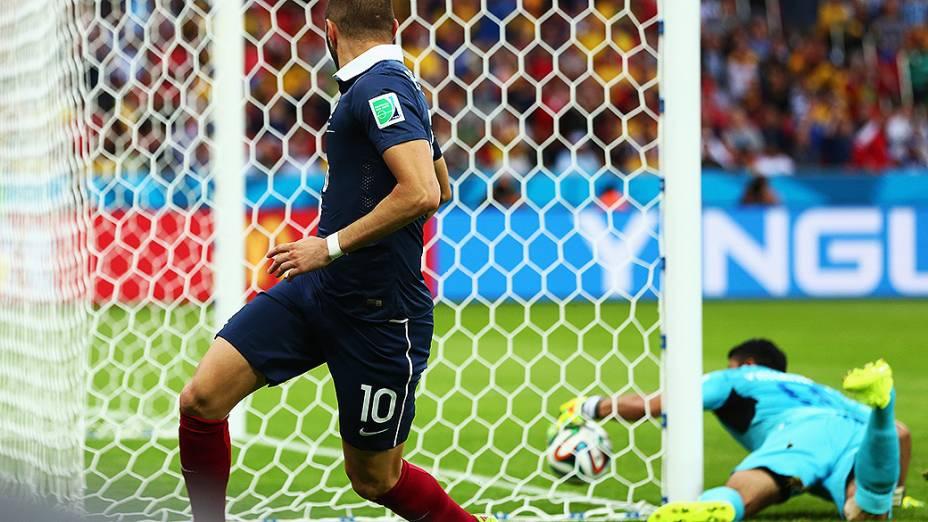 O francês Benzema observa o goleiro Valladares, de Honduras, tentando salvar a bola no Beira-Rio, em Porto Alegre