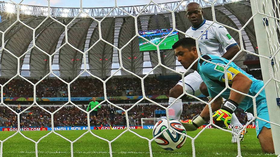 O goleiro de Honduras, Noel Valladares tenta salvar a bola chutada pelo francês Benzema no Beira-Rio, em Porto Alegre