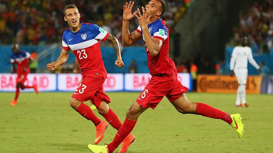 John Brooks (dir.) comemora ao marcar o gol da vitória dos Estados Unidos sobre Gana