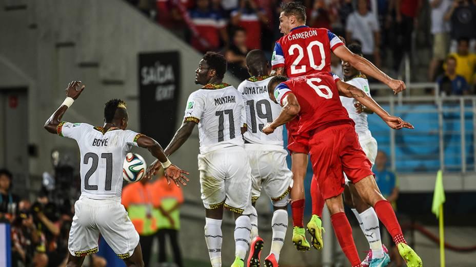 John Brooks cabeceia para marcar o gol da vitória dos Estados Unidos sobre Gana