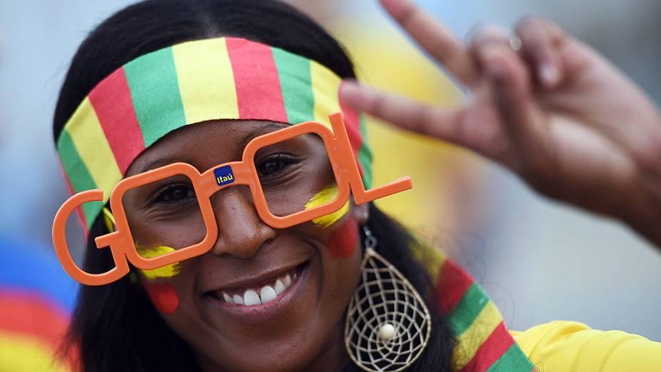 Torcedora de Gana aguarda o início do jogo contra os Estados Unidos na Arena das Dunas, em Natal