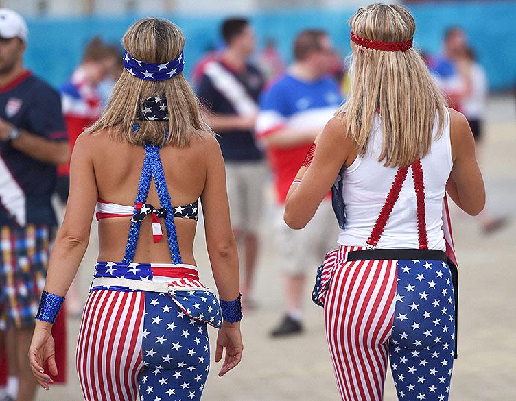 Torcedoras dos Estados Unidos usam calça com as cores da bandeira do país, em Natal