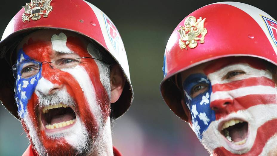 Torcedores dos Estados Unidos pintam o rosto com as cores da bandeira do país, em Natal