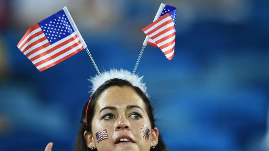 Torcedora dos Estados Unidos usa uma tiara com a bandeira do país na Arena das Dunas, em Natal