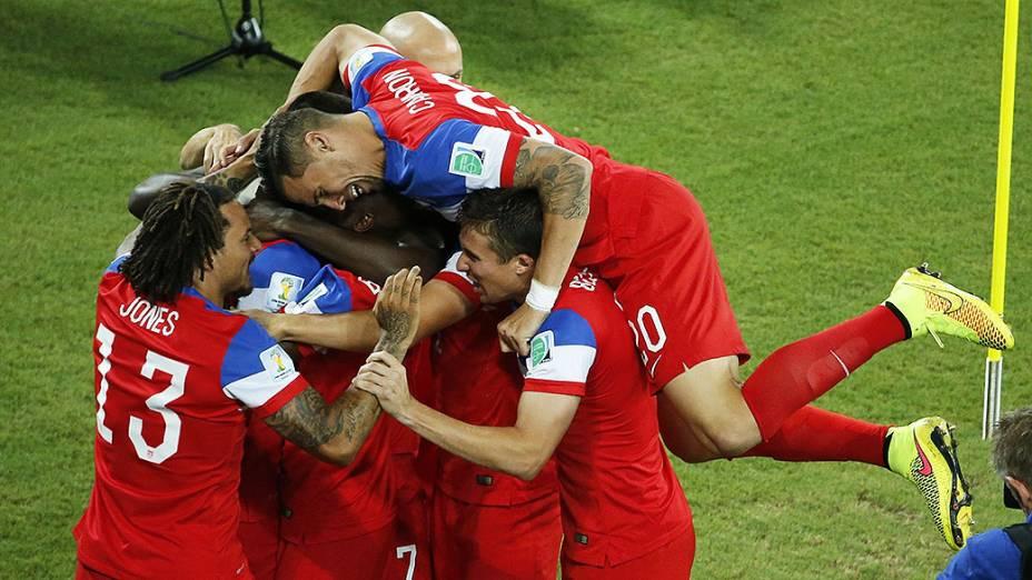 Jogadores dos Estakdos Unidos comemoram gol contra Gana logo no começo da partida na Arena das Dunas, em Natal