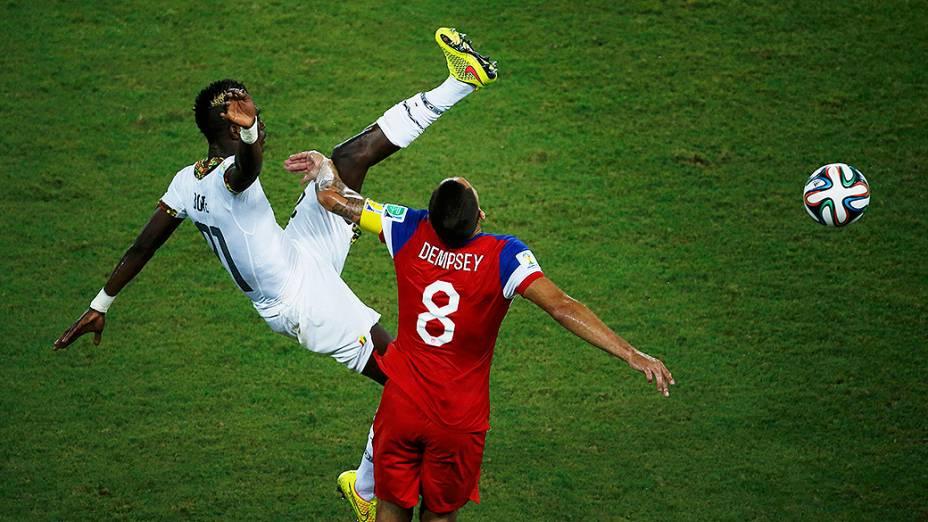 John Boye, de Gana, levanta muito a perna e acerta o rosto do americano Clint Dempsey