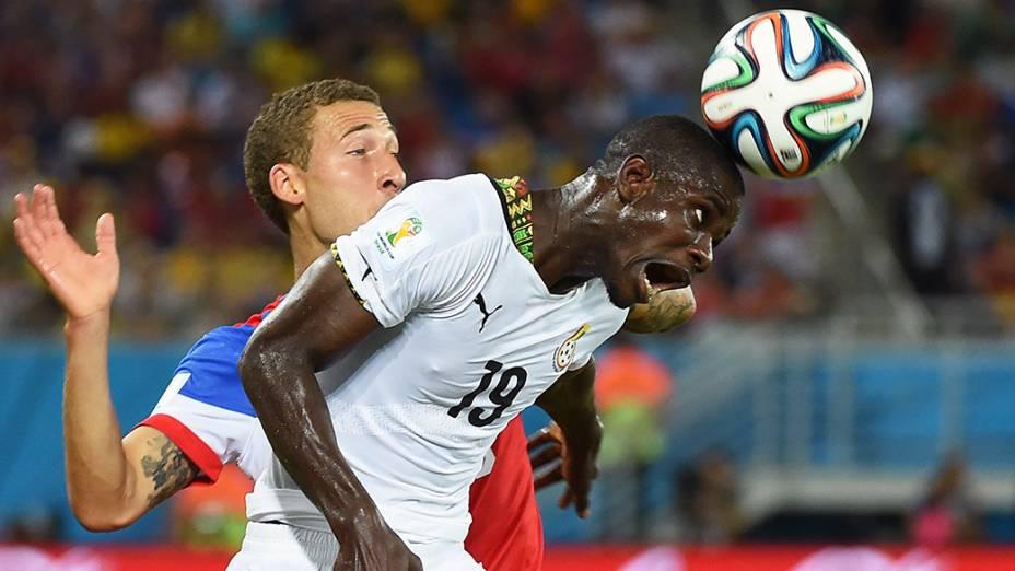 O ganês Jonathan Mensah cabeceia a bola no jogo contra os Estados Unidos na Arena das Dunas, em Fortaleza