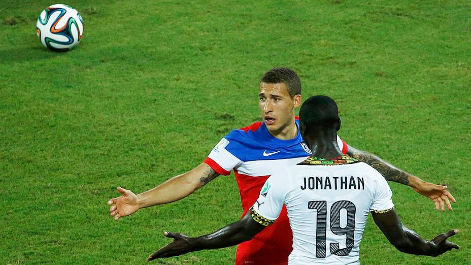 O americano Fabian Johnson discute com Jonathan Mensah, na Arena das Dunas em Natal