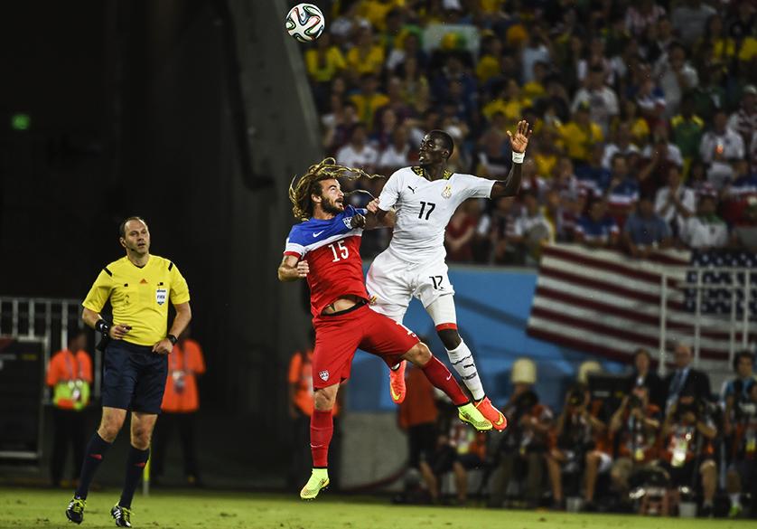 O americano Kyle Beckerman disputa a bola com Mohammed Rabiu, de Gana, em Natal