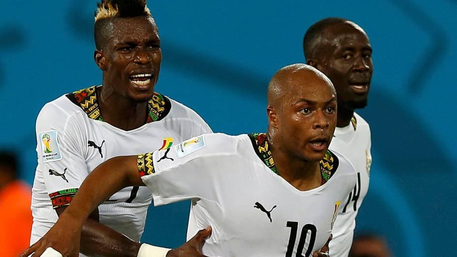 Jogadores comemoram o gol de empate marcado por Andre Ayew (centro) na partida contra os Estados Unidos