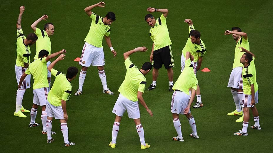 Jogadores da Espanha aquecem antes do jogo contra a Holanda na Arena Fonte Nova, em Salvador