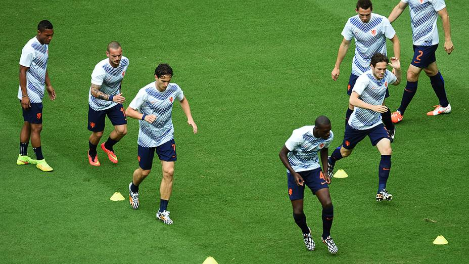 Jogadores da Holanda aquecem antes do jogo contra a Espanha na Arena Fonte Nova, em Salvador