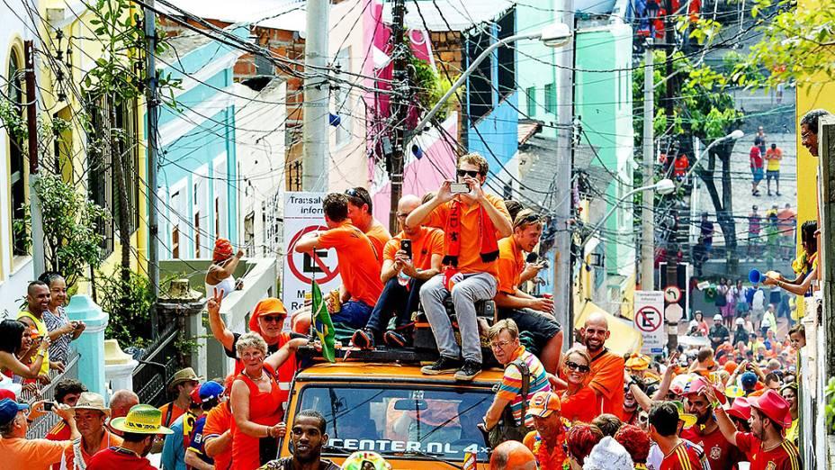 Torcedores da Holanda caminham pelas ruas de Salvador antes do jogo contra a Espanha na Arena Fonte Nova