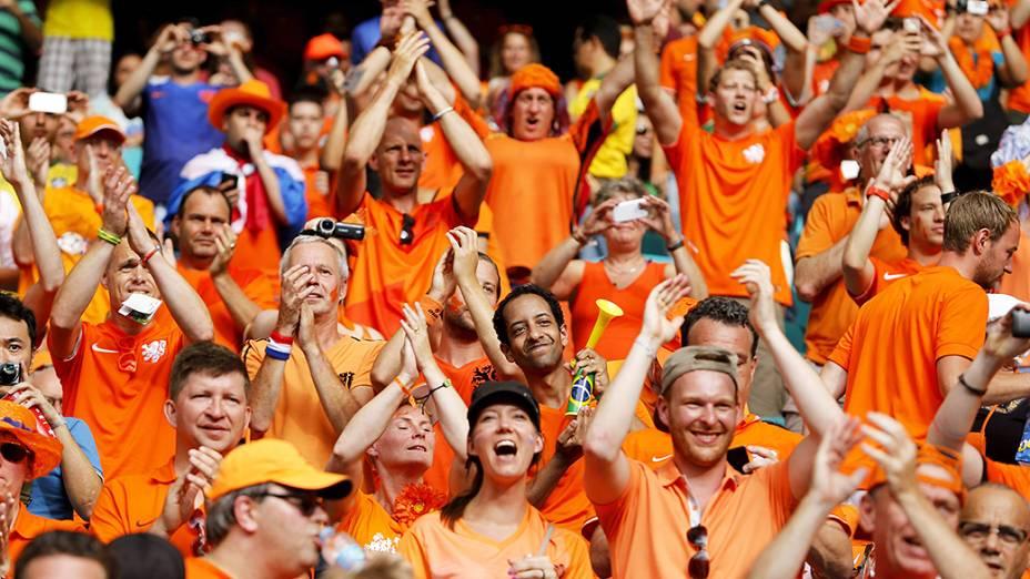 Torcedores da Holanda agurdam o início da partida contra a Espanha na Arena Fonte Nova, em Salvador