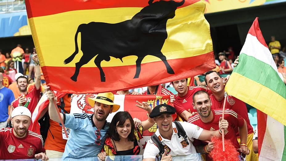 Torcedores da Espanha aguardam o início do jogo contra a Holanda na Arena Fonte Nova, em Salvador