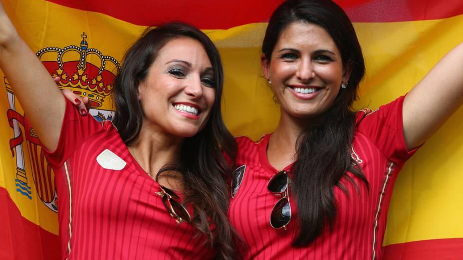 Torcedoras da Espanha seguram a bandeira do país antes do jogo contra a Holanda na Arena Fonte Nova, em Salvador