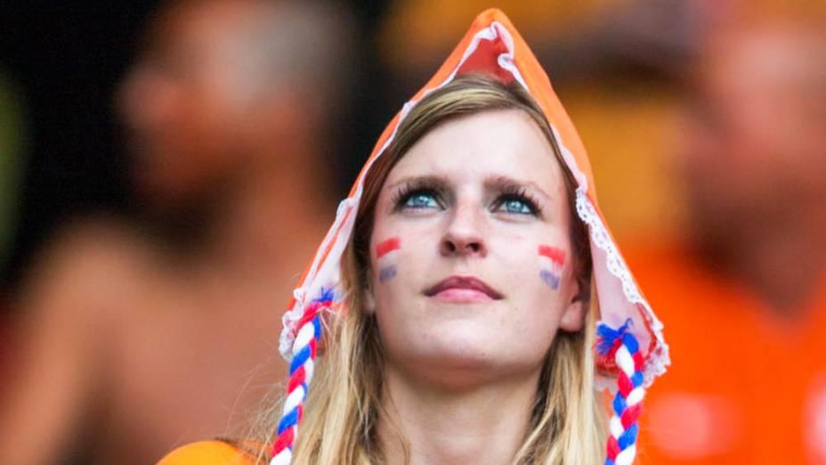Torcedora da Holanda aguarda o início do jogo contra a Espanha, na Arena Fonte Nova em Salvador