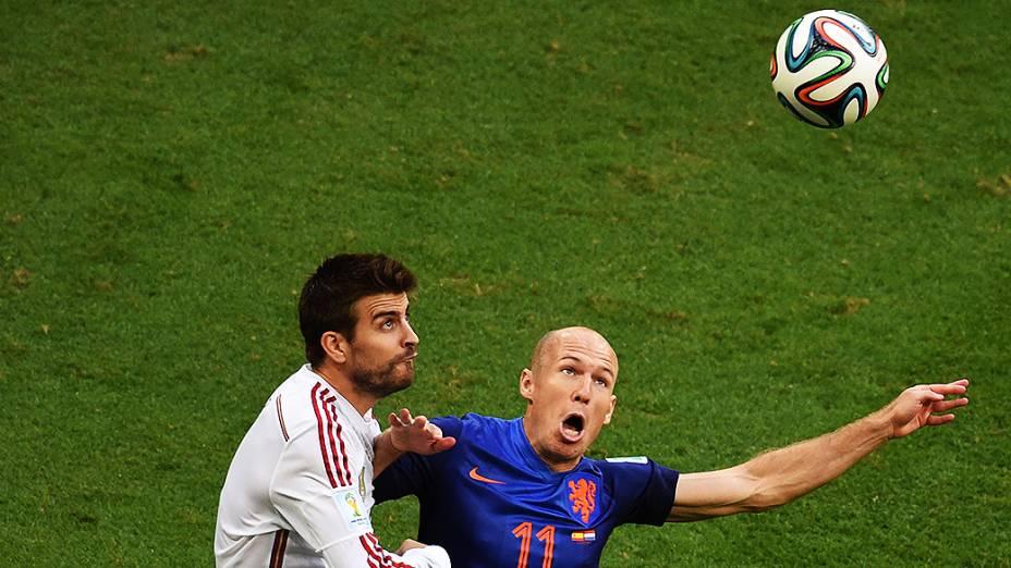 Piqué, da Espanha, disputa a bola com o holandês Robben, na Arena Fonte Nova em Salvador