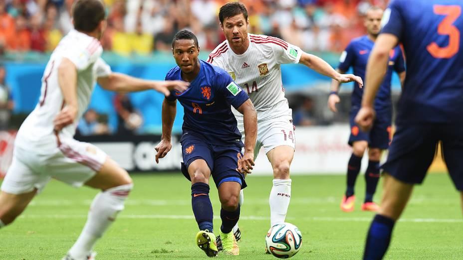 O holandês Jonathan de Guzman toca a bola, no jogo contra a Espanha na Arena Fonte Nova, em Salvador