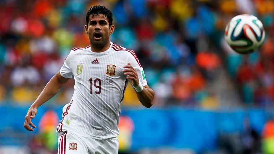 Diego Costa, da Espanha, corre para alcançar a bola no jogo contra a Holanda, na Arena Fonte Nova em Salvador