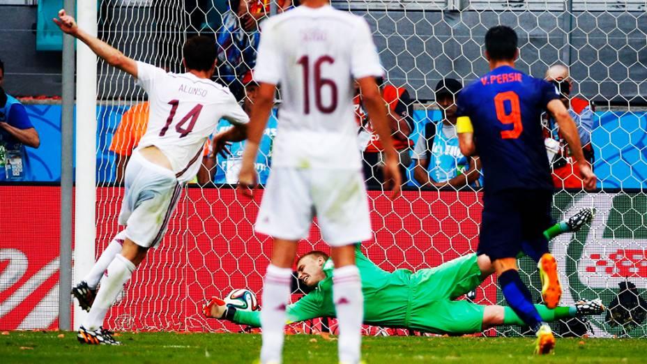 Xabi Alonso marca de pênalti o primeiro gol da Espanha contra a Holanda, na Arena Fonte Nova em Salvador