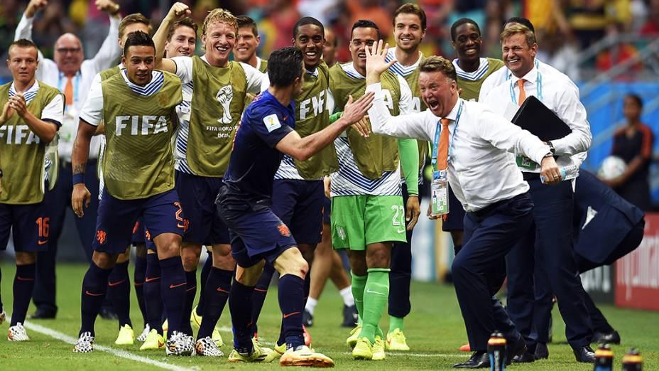 O técnico da seleção holandesa, Louis van Gaal, cumprimenta o jogador Robin van Persie pelo gol de empate com a Espanha