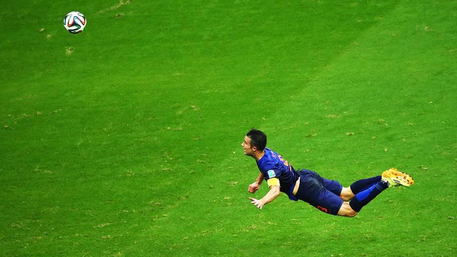O holandês Robin van Persie dá um peixinho e empata o jogo contra a Espanha, na Arena Fonte Nova em Salvador