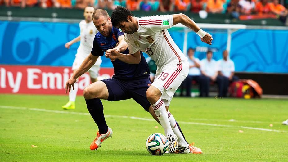 Diego Costa, da Espanha, disputa a bola com jogador da Holanda, na Arena Fonte Nova em Salvador