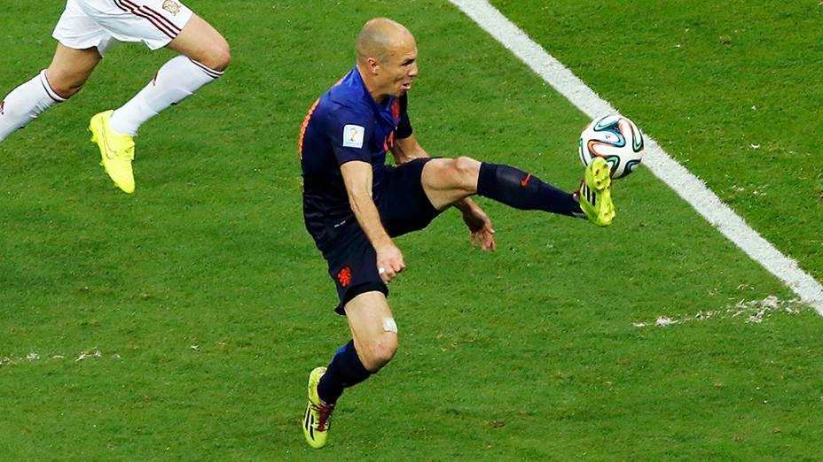 Arjen Robben, da Holanda, domina a bola no jogo contra a Holanda, na Arena Fonte Nova em Salvador