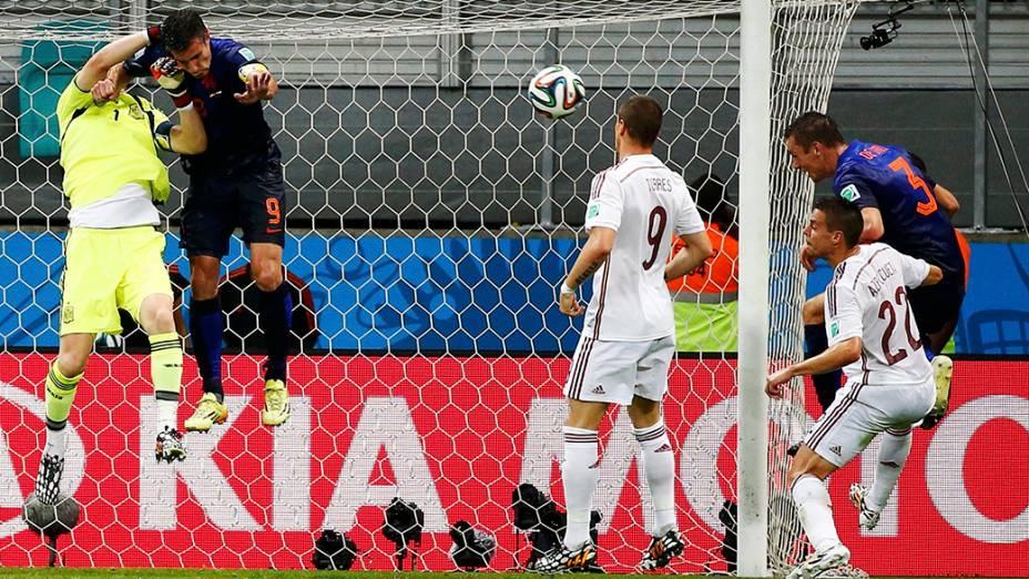 Stefan de Vrij cabeceia a bola e marca o terceiro gol da Holanda contra a Espanha, na Arena Fonte Nova em Salvador