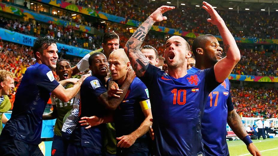 Jogadores da Holanda comemoram o quinto gol marcado por Arjen Robben contra a Espanha, na Arena Fonte Nova em Salvador