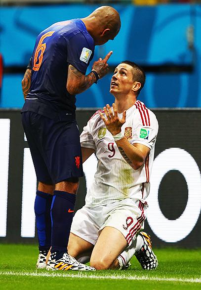 Nigel de Jong, da Holanda, discute com o espanhol Fernando Torres, na Arena Fonte Nova em Salvador