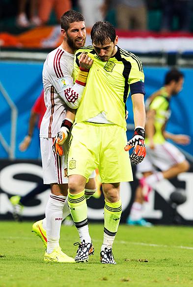 Sergio Ramos consola o goleiro Iker Casillas após o quarto gol da Holanda, na Arena Fonte Nova em Salvador