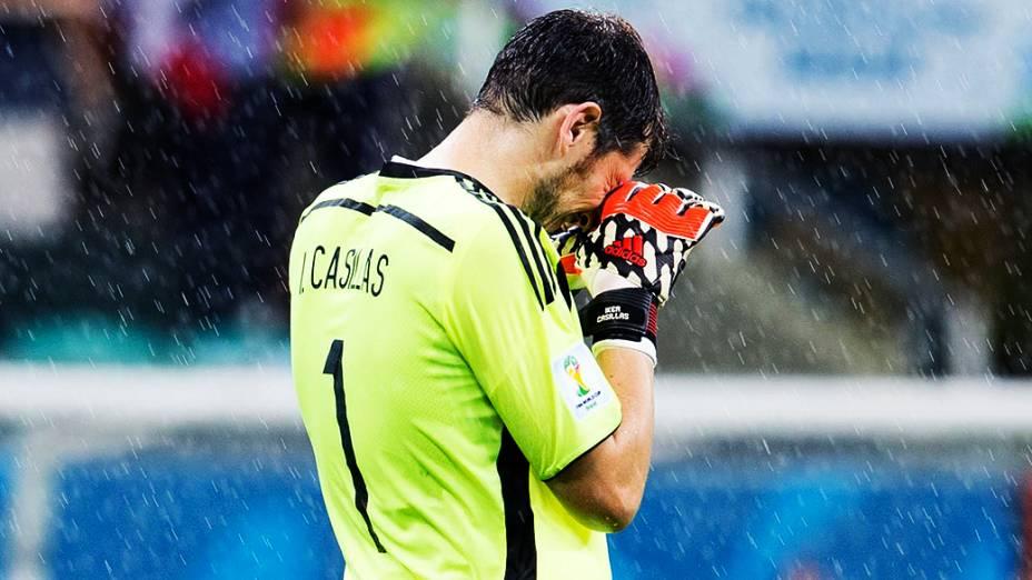 O goleiro Iker Casillas, da Espanha, lamenta o quarto gol da Holanda
