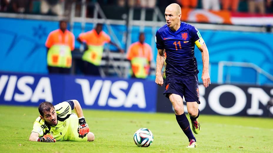 Arjen Robben dribla o goleiro espanhol Iker Casillas e marca o quinto gol da Holanda contra a Espanha, na Arena Fonte Nova em Salvador