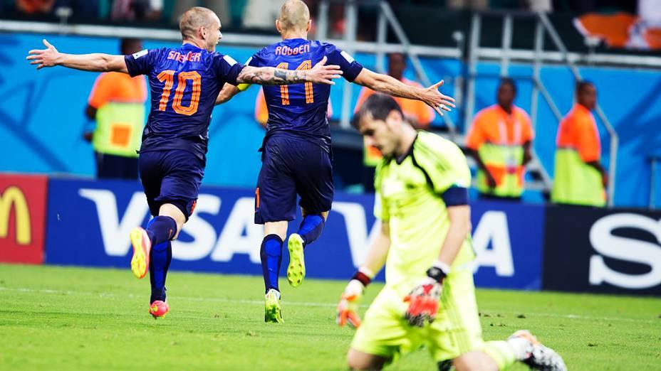 Roben e Sneijder comemoram o quinto gol da Holanda contra a Espanha, na Arena Fonte Nova em Salvador