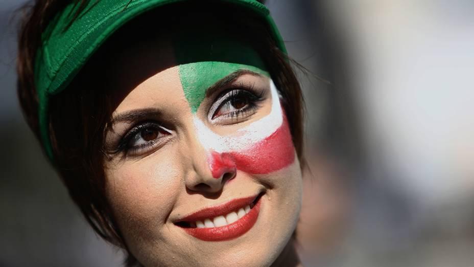 Torcedora do Irã aguarda o início do jogo contra a Nigéria na Arena da Baixada, em Curitiba