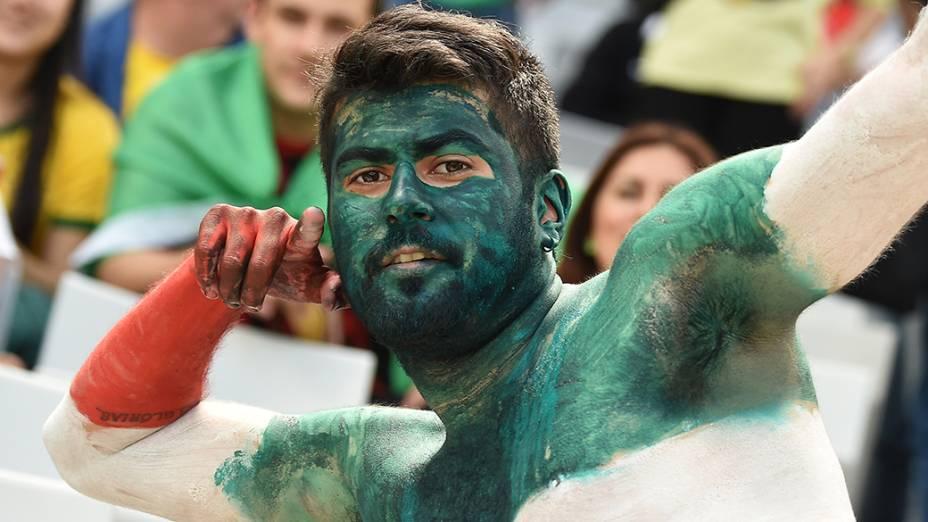 Torcedor do Irão pinta o corpo para torcer pela seleção naArena da Baixada, em Curitiba