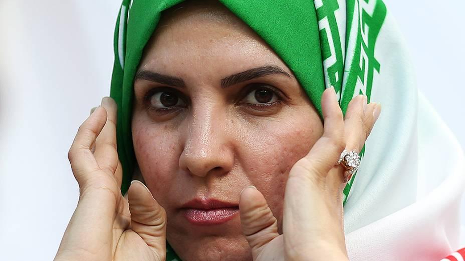 Torcedora do Irã usa lenço na cabeça durante o jogo contra a Nigéria na Arena da Baixada, em Curitiba