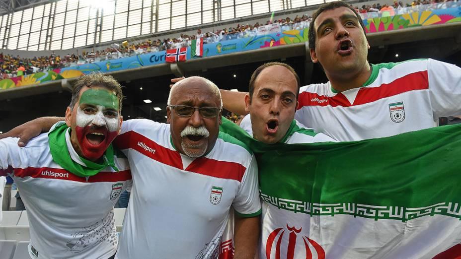 Torcedores do Irã aguardam o início do jogo contra a Nigéria na Arena da Baixada, em Curitiba